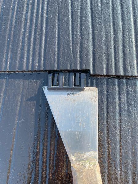 カラーベストの縁を切るためにタスペーサーという部材を挿入し ています。
