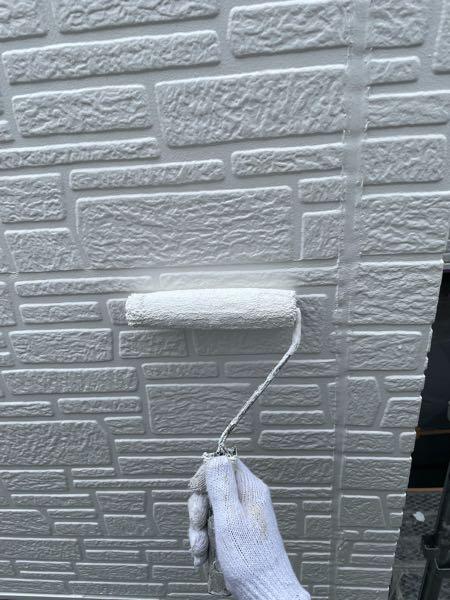外壁の上塗り2回目(仕上げ塗り)をしています。