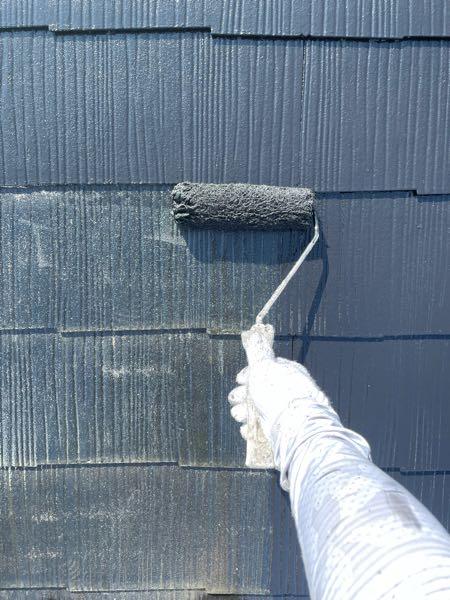 屋根塗装1回目(中塗り)です。