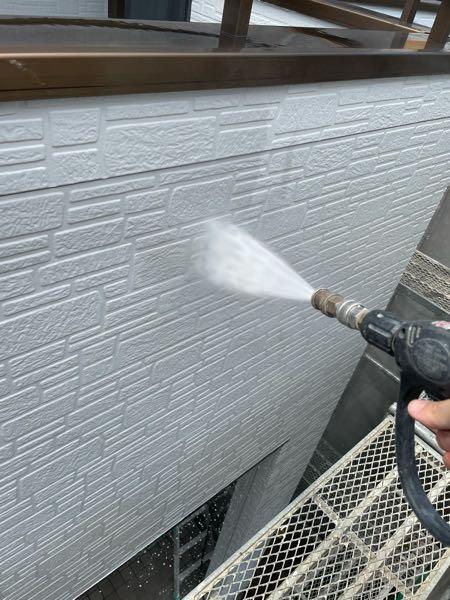 高圧洗浄機を使いチョーキング粉、埃などを洗い流し塗装にふさ わしい常態にします。