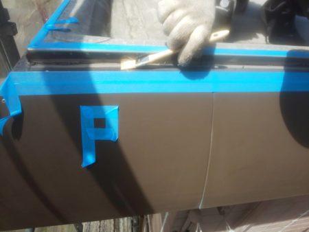マスキングテープを貼り、コーキングとの接着を高めるプ ライマーを塗っています。