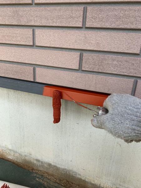 土台水切りの下塗り(錆止め)をしています。