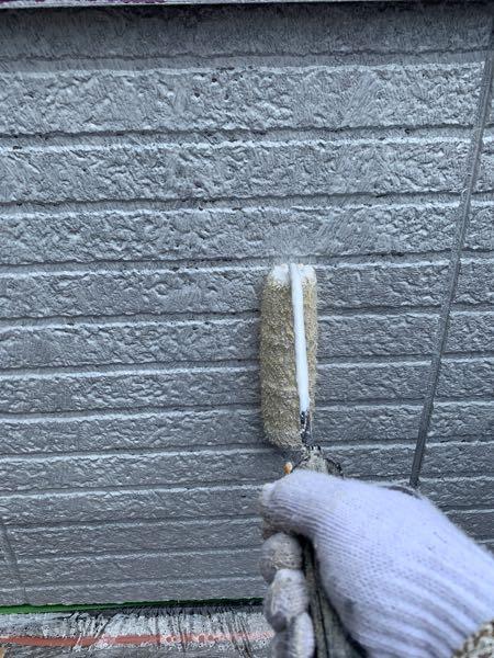 外壁をサーフェーサーで下塗りしています。