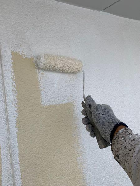 外壁の下塗りをサーフェーサーでします。