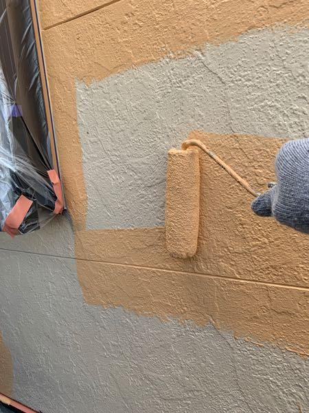 外壁の上塗り1回目(中塗り)をしています。