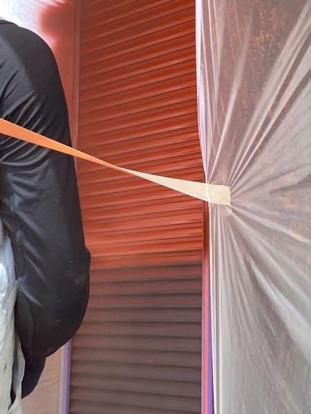 戸袋・雨戸の下塗り、錆止めを吹き付けています。