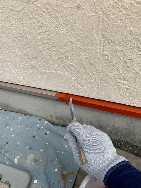土台水切りの下塗り 錆止めを塗っています。