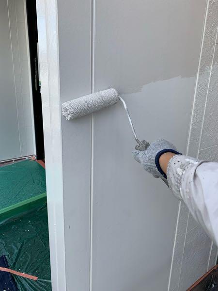玄関ファサードの白1回目塗装