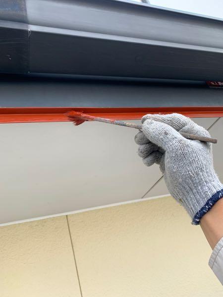 下塗り(錆止め)を塗っています。 上塗りとの密着も高めます。