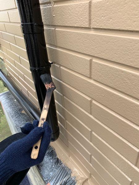 雨樋の塗装二回目をしています。