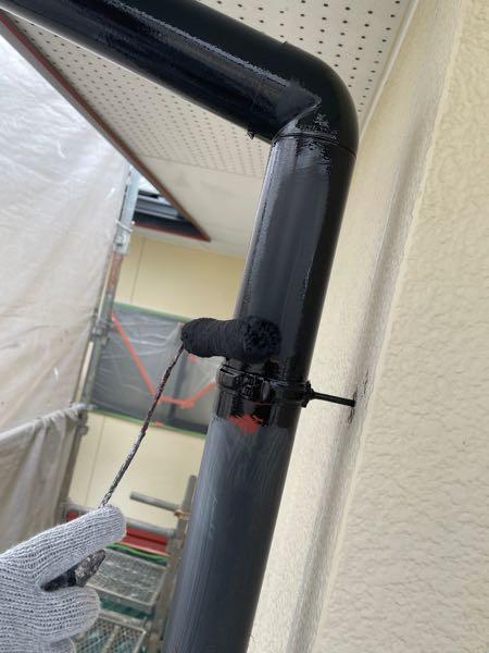 雨樋の塗装一回目です。