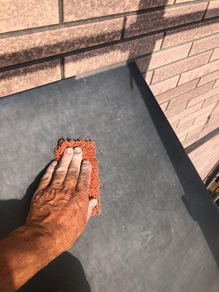 ナイロンたわしを使い表面に微細な傷を付けています。 傷を付けることにより、塗料の付着性が上がります。塗膜が長期 にわたり剥がれてこないようにする下処理です。
