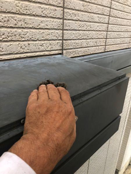 ナイロンたわしを使い表面に微細な傷を付けています。傷を付け ることにより、塗料の付着性が上がります。塗膜が長期にわたり 剥がれてこないようにする下処理です。