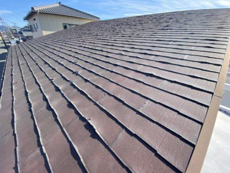 全体的にめくれています。 塗装できない屋根材のためカバー工法にて対応します。