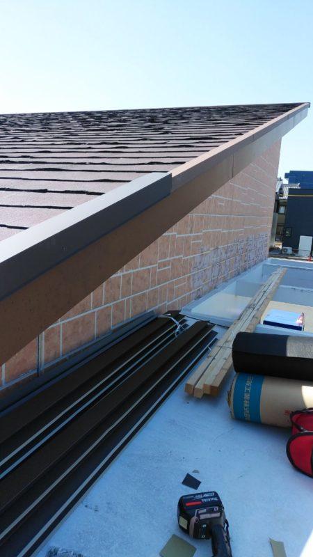 屋根の端に水切りを取り付けています。
