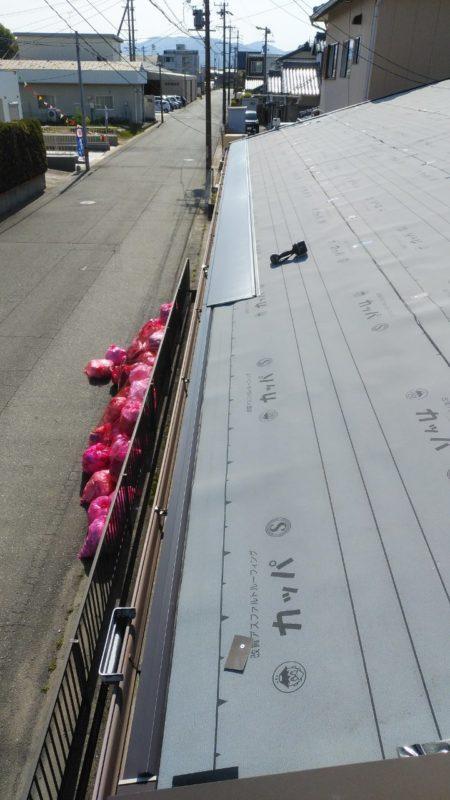 一段目施工中 ガルバニウム鋼板屋根材を下の方から張っていきます。