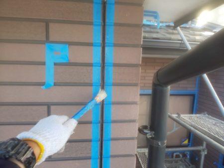 コーキングとの接着を高めるプライマーを塗っています。
